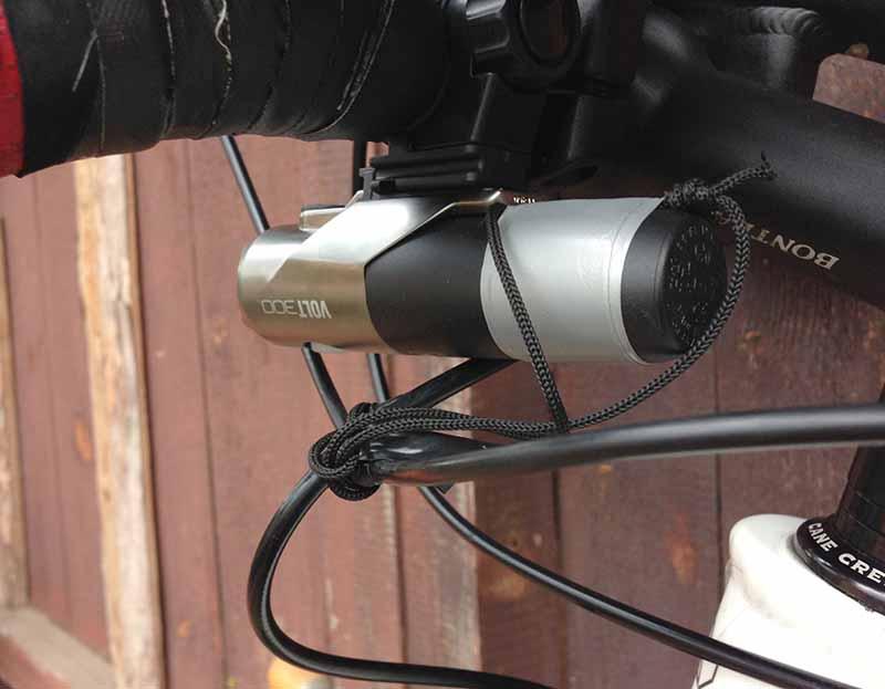 CatEye Volt 300 - крепление страховочного шнура за тормозные шланги