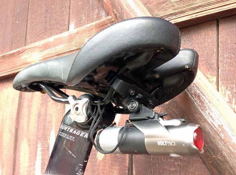 CatEye Volt 50 установленный на рамку седла со страховкой