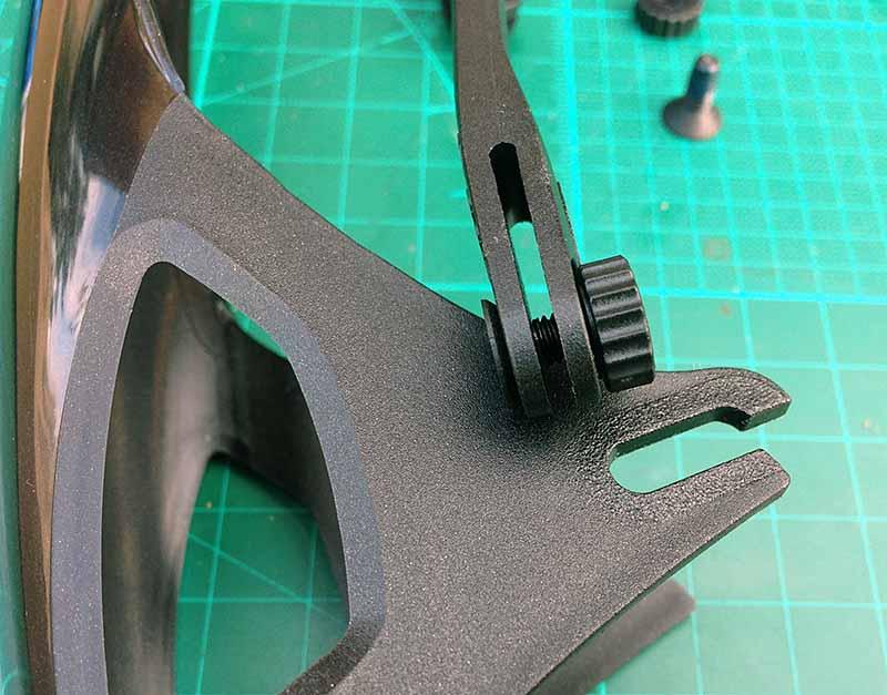Для присоединения - снятия усов к крылу Crud Roadracer mk2 винты можно не откручивать - в крыльях есть прорези для установки