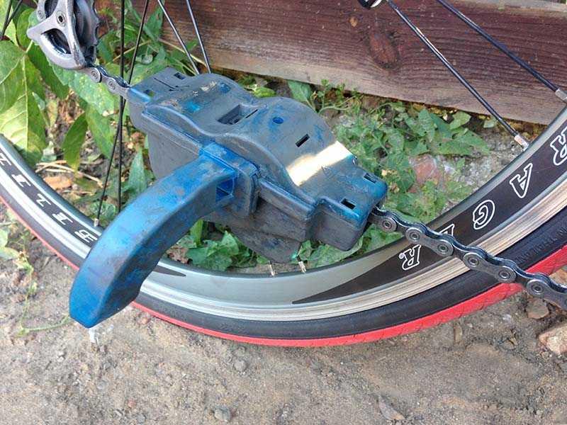 Использование машинки для чистки велосипедной цепи