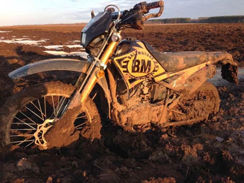 Мотоцикл засосало в грязи