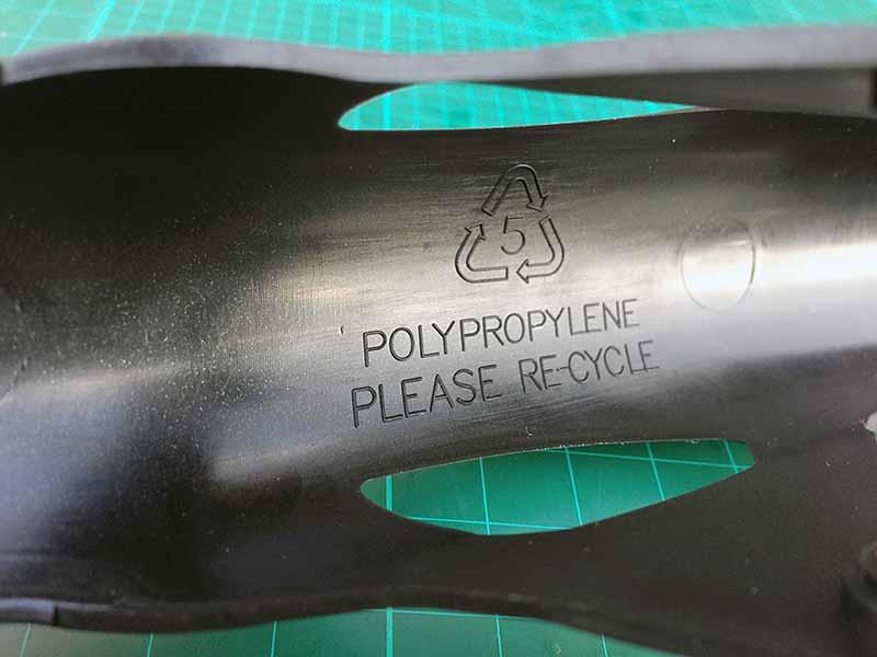 На крыльях Crud Roadracer mk2 видна маркировка материала, из которого они сделаны - это полипропилен