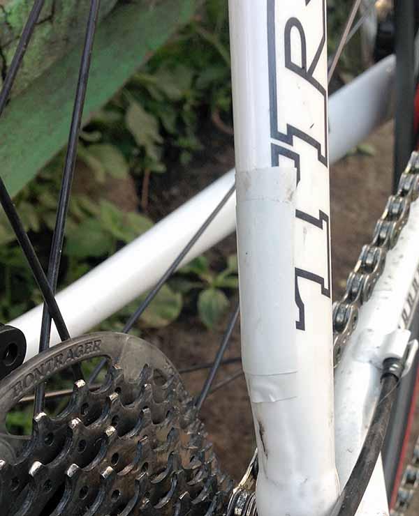 Перед установкой кронштейнов крыльев Crud Roadracer mk2 на перья велосипеда я наклеил пару слоев изоленты, чтобы не протерло краску
