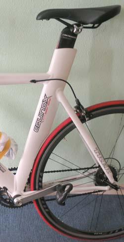 """На горном велосипеде, в отличие от велосипеда для триатлона, нет такого """"аэродинамического кармана"""" для заднего колеса"""