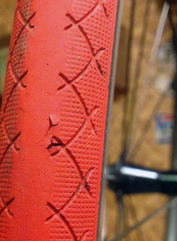 Проколы в покрышке переднего колеса шоссейного велосипеда