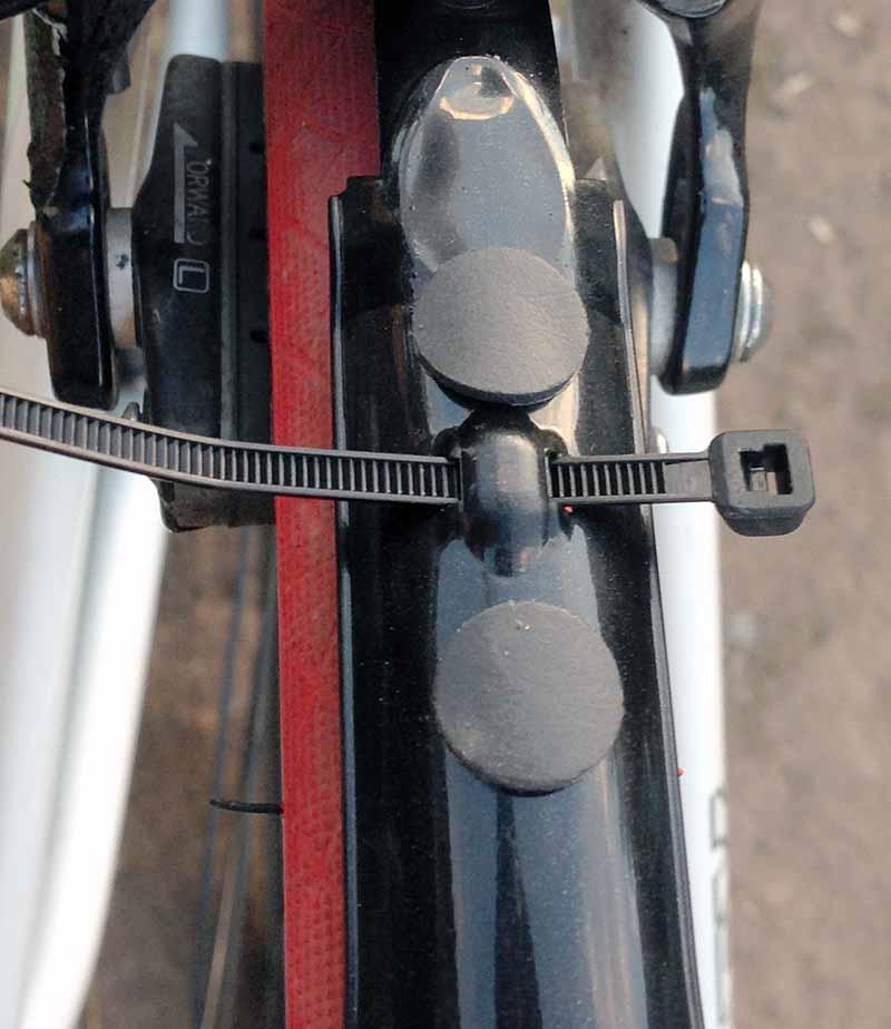 Сборка крыльев Crud Roadracer mk2 - на заднее крыло наклеиваем два прокладочных диска и вставляем хомут для крепления к тормозу
