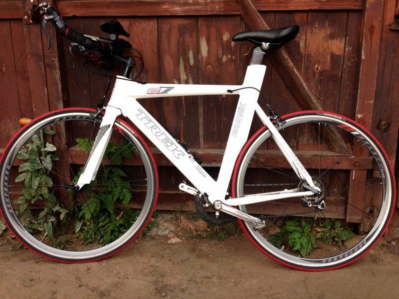 Цена на этот БУ велосипед для триатлона Trek Equinox E7 - 590 евро.
