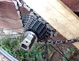 Как снять заднюю звездочку и кассету со спортивного скоростного велосипеда при помощи специального съемника, сделанного своими руками. Куда крутить съемники