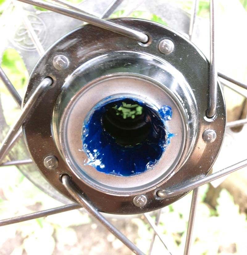 Втулка заднего колеса с набитой в нее смазкой