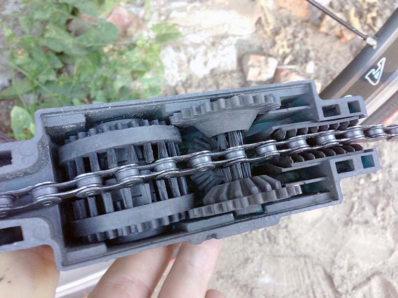 Заправляем цепь в машинку для чистки велосипедной цепи