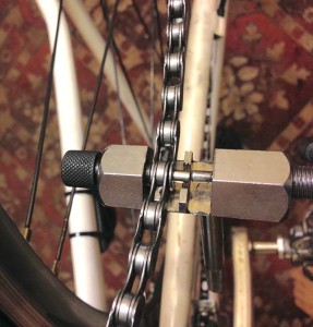 Прежде чем отрегулировать задний переключатель - снимаем цепь съемником для цепи.