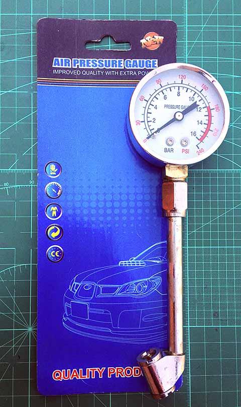 Манометр для проверки давления в колесах. Тоже китайский