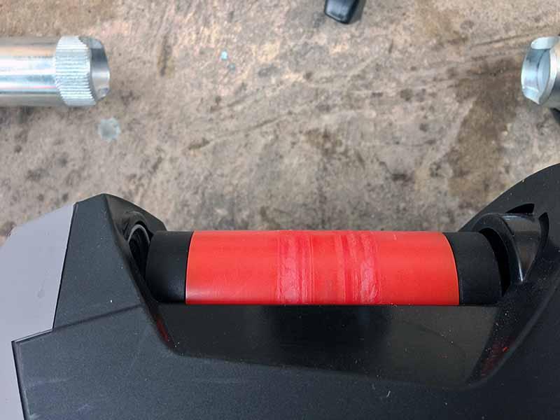 Покоцаный эластогель после взрыва покрышки на велостанке - турбо-трейнере Indoor Magnetic Bike Cycling Home Trainer Elite SuperCrono Power Mag ElastoGel