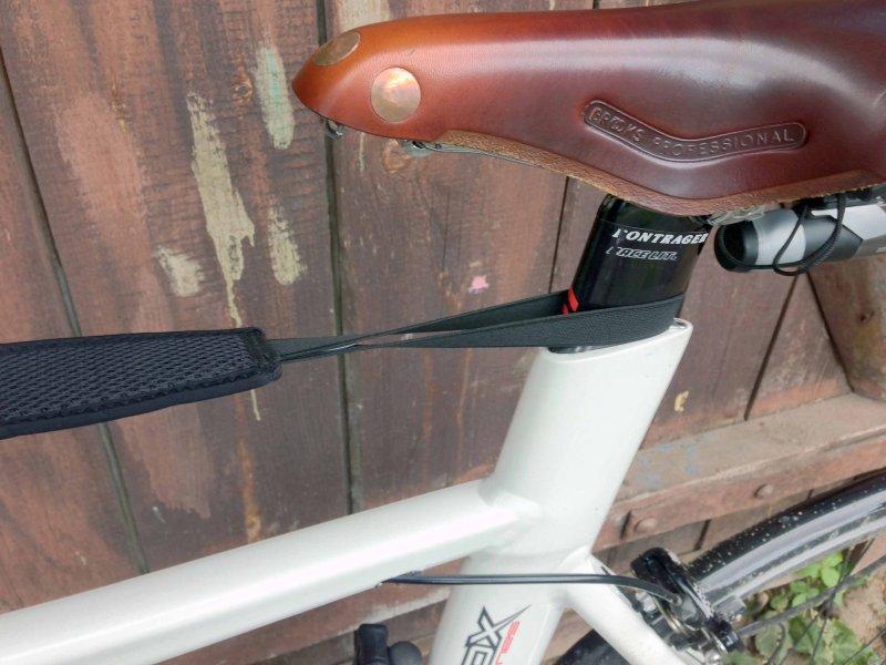 Потоулавливатель для велотренажера - турбо-трейнера крепится к подседельному штырю на резинках