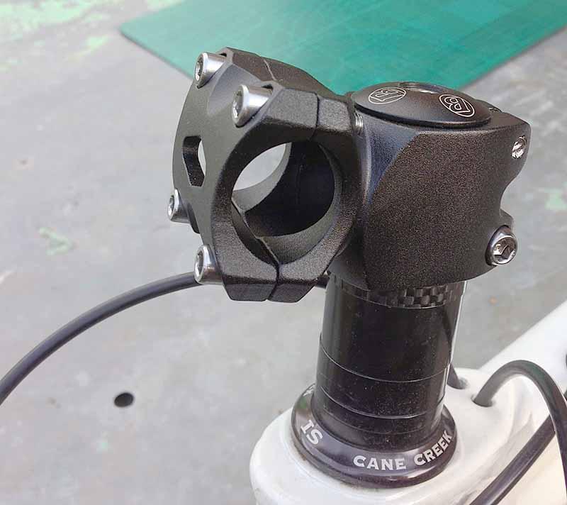 Регулировка выноса руля велосипеда по высоте - проставочными алюминиевыми и карбоновыми кольцами, либо его можно просто перевернуть