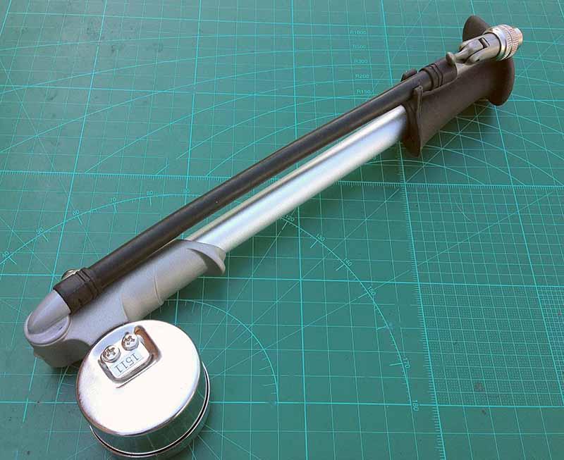 У насоса высокого давления для воздушных вилок велосипеда Giyo Fork Pump 300psi 20bar шланг крепится к зажиму в ручке