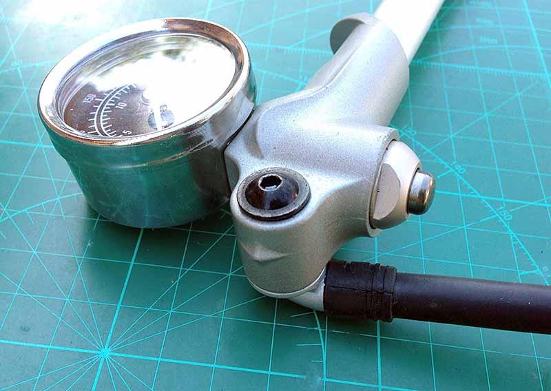 У насоса высокого давления для воздушных вилок велосипеда Giyo Fork Pump 300psi 20bar шланг на шарнире, плюс у него есть кнопка для стравливания лишнего воздуха