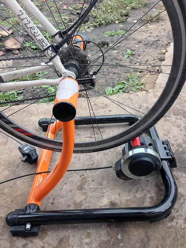 Велосипед, установленный на Велостанок - турбо-трейнер Indoor Magnetic Bike Cycling Home Trainer Elite SuperCrono Power Mag ElastoGel