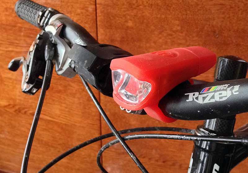 Велосипедный фонарь RockBros USB Headlight установленный на руле