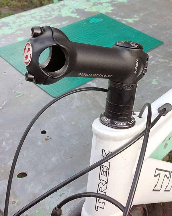 Заглушка на вынос руля велосипеда ставится сверху, как у Specialized
