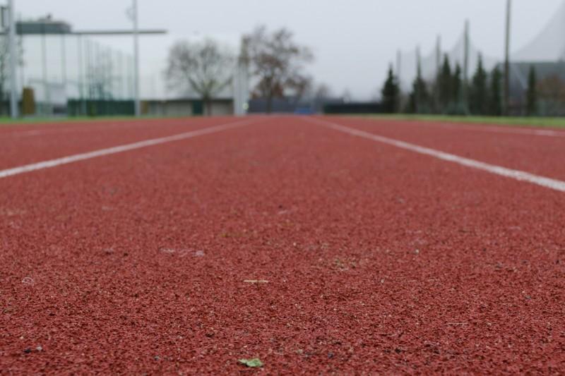 Красная беговая резиновая дорожка на моем стадионе, где я самостоятельно определял анаэробный порог ПАНО