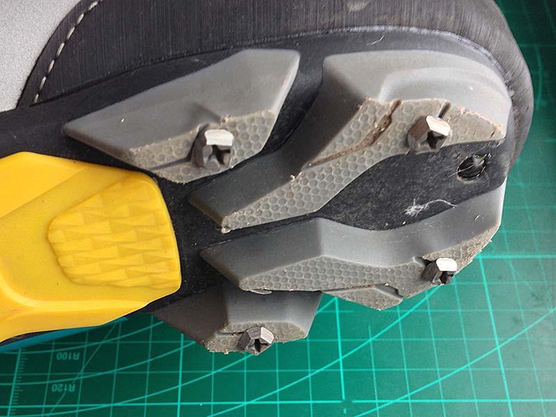 Каблуки с шипами на обуви из обычных шурупов из хозмага, чтобы обувь и ботинки не скользили по льду. Цена вопроса - 10 рублей 00 копеек плюс пол-часа на наждаке.