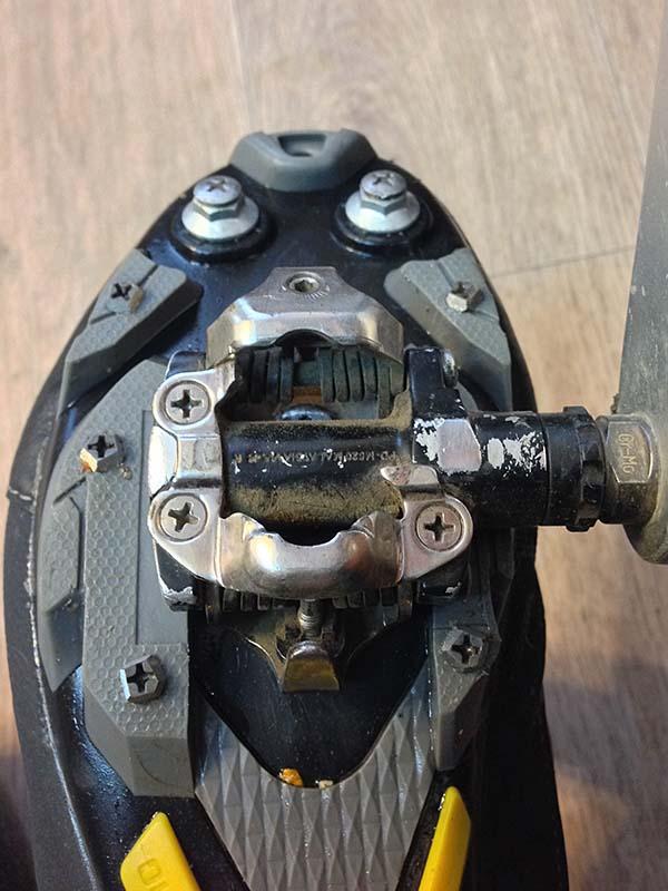 Зимние велосипедные ботинки Shimano MW 81, установленные на контактные педали shimano spd 520, с шипами из обычных шурупов из хозмага, чтобы не упасть на льду.