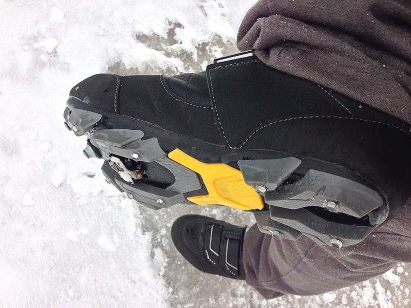 Зимние велосипедные ботинки Shimano MW 81 с шипами из обычных шурупов из хозмага, чтобы обувь и ботинки не скользили по льду.