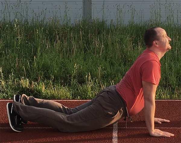 5-Зарядка и упражнения для похудения - Змея - исходное положение лежа, упор руками в землю, прогиб в пояснице