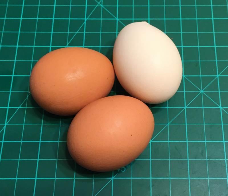 Яйцо куриное 157 калорий в 100 граммах, если вам кажется, что быстро худеть опасно - то можете перекусывать яйцами :)