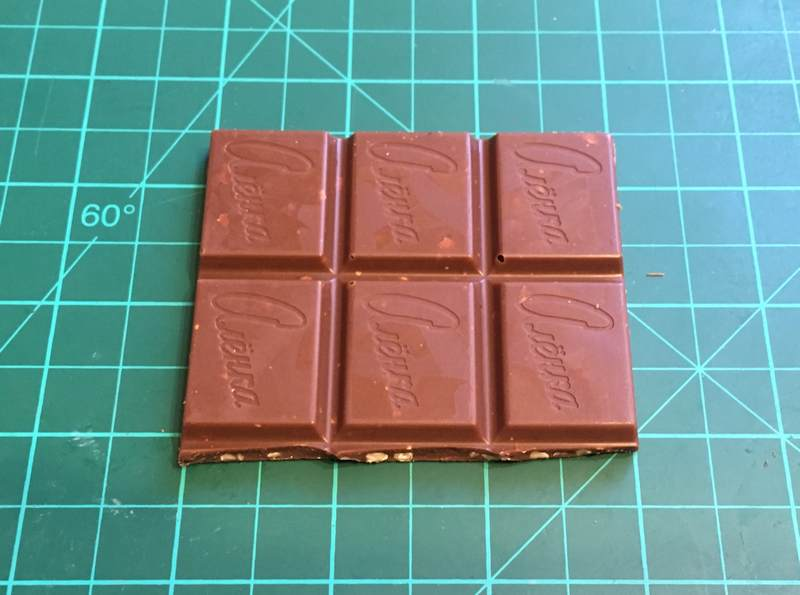 Шоколад Аленка - 40 граммов 240 калорий. Здорово прибавляет настроение (как, впрочем, и вес)